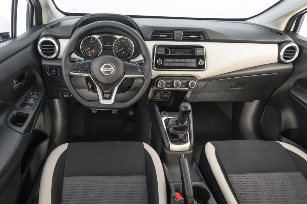 Interior da versão Sense Manual do Novo Nissan Versa